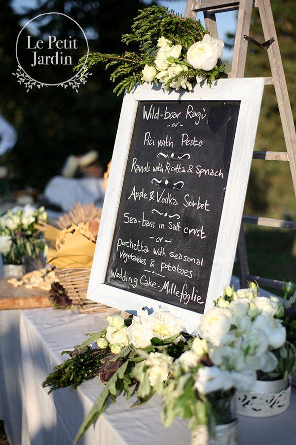 Decorazione aperitivo: lavagna con menu scritto a mano, decorata con carciofi, peonie, rose, lisianthus.