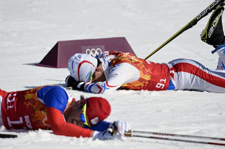 JO Sotchi - Février 2014 : Pas facile le ski de fond! Deux athlètes masculins tentent de reprendre leur souffle lors de l'épreuve de ski de fond 4x10 km relais, le dimanche 16 février.