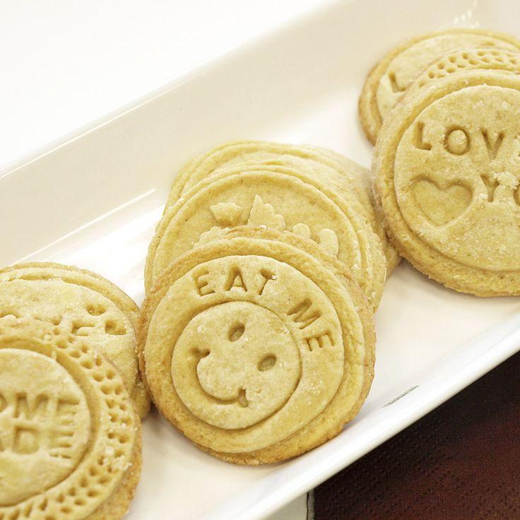 Leimaa viesti kekseihin keksileimasimella!   Leimasin ja keksiresepti löytyvät osoitteesta: http://www.heirol.fi/keksileimasin-4-lla-leimasinkuvalla