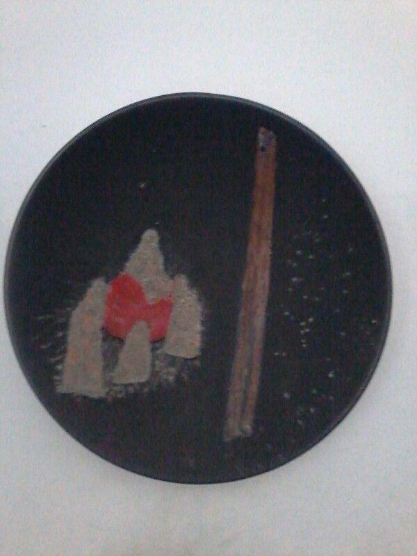 Deposizione figure smaltate con sabbia  su fondo smalto nero