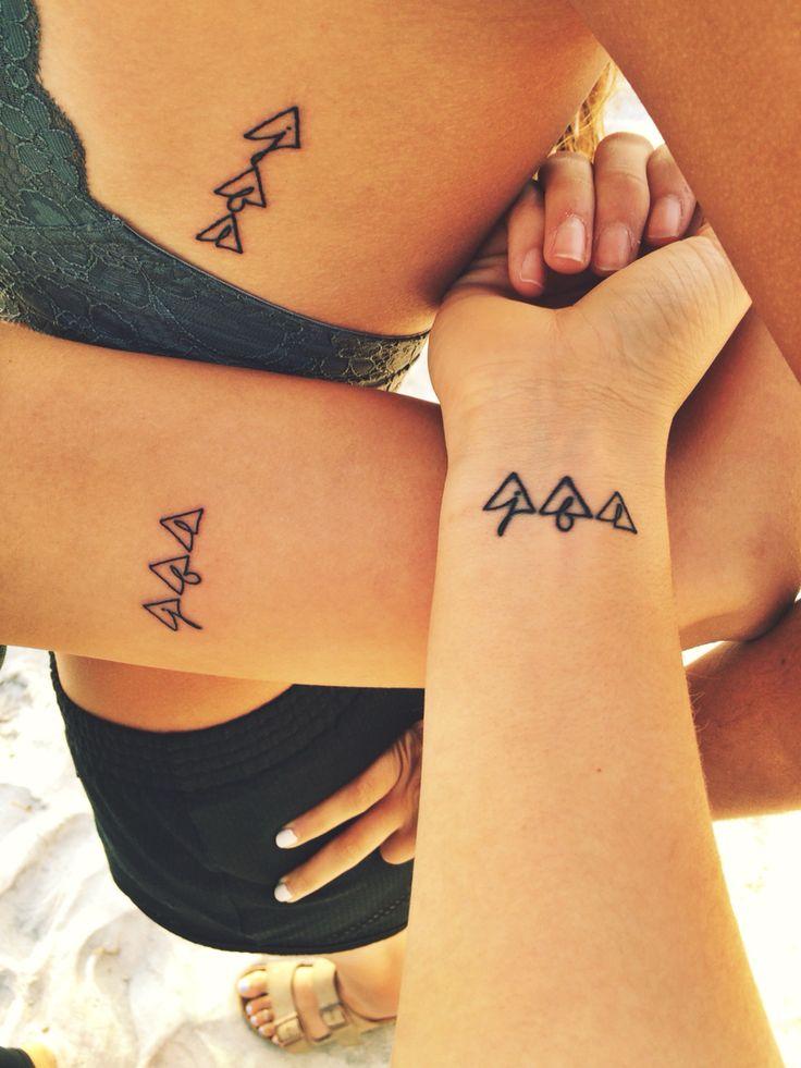 für immer und immer an meine Schwestern gebunden. J B L. #tattoo #sistertattoos #triangletattoo #matchingtattoo