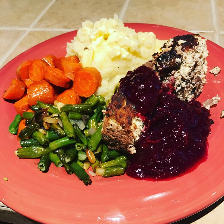 Comida de Día de Acción de Gracia. Tofu relleno, zanahorias, ejotes, puré de papa, salsa de Arándanos. #vegan,#vegetariano -------------------------------------- Thanksgiving Lunch. Stuffed Tofu,Carrots,green beans,mashed potato, cranberry sauce. #vegan,#vegetarian