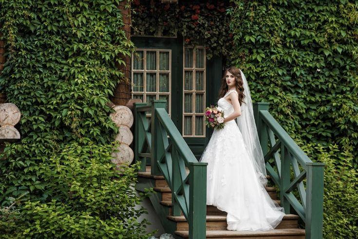 юная и нежная невеста с ярким букетом, young and tender bride with a bouquet of bright