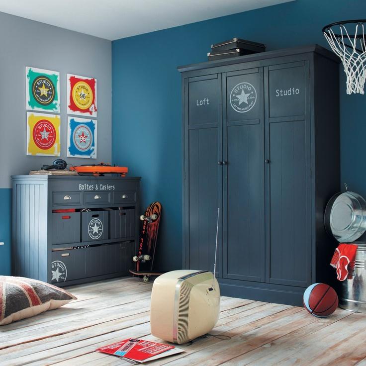 coloris murs gris et bleu et déco rouge/orange