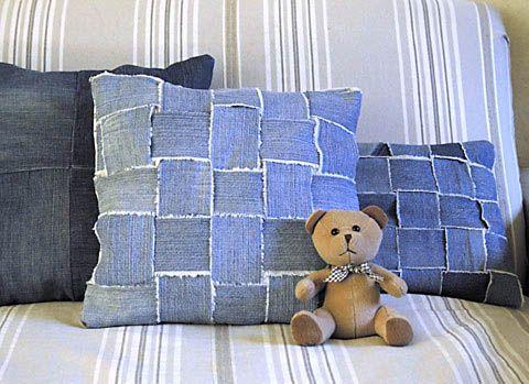 Placer un carré en coton de 40 x 40 cm. Sur cette cotonnade, tisser les bandes de jeans entre elles. Faire en sorte d'obtenir un carré de 30 x 30 cm. Piquer le tissage sur le coton.  Couper les surplus de tissu, en laissant une marge de 1 à 2 cm de tissu.  Coudre envers contre envers le dessus du coussin tissé et le fond, constitué de l'autre morceau de coton. Laisser une ouverture pour pouvoir retourner le coussin. Une fois le coussin à l'endroit, le bourrer avec de la laine, du crin ou du…