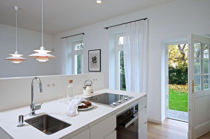 """Kuchyň je příjemně propojena se zahradou, francouzská okna vnášejí do místnosti jak spoustu světla, tak nabízejí """"přírodní obrazy"""", které se mění podle ročních období."""