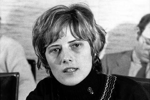 Petra Kelly - 1947-1992 - Ecoféministe fondatrice du Parti Vert allemand, premier parti écologiste de l'histoire. Assassinée par son mari en 1992 : http://hypathie.blogspot.fr/2013/05/petra-kelly-fondatrice-du-premier-parti.html