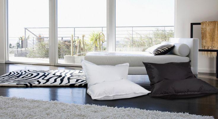 👉 Spójrzcie sami! 😍 To na pozór zwykła Poducha o wymiarach 180/140 cm, ale jak wiele ma zastosowań❗  ✅ Jest idealna do spania, gdy jest położona na płasko❗ ✅ Można na niej siedzieć, jak w wygodnym fotelu, gdy postawimy ją pionowo❗ ✅ Można też przybrać najwygodniejszą półleżącą pozycję, gdy ustawimy ją poziomo❗  👉 Wybierz dla siebie Poduchę w rozmiarze L z poliestru w najmodniejszych kolorach❗