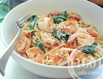 Макароны с креветками, овощами и шпинатом