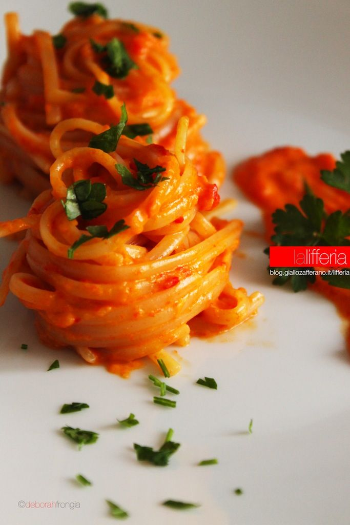 Pasta con crema di peperoni | Ricetta veloce