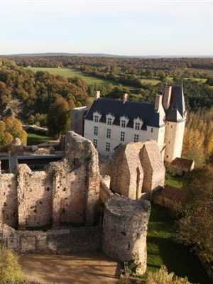 """Sainte Suzanne : un village de charme dans les Pays de la Loire : Sainte Suzanne, située dans le département de la Mayenne et la région Pays de la Loire, domine la vallée de l'Erve. Cette cité médiévale, riche d'un magnifique patrimoine, est surnommée à juste titre """"la perle du Maine""""."""