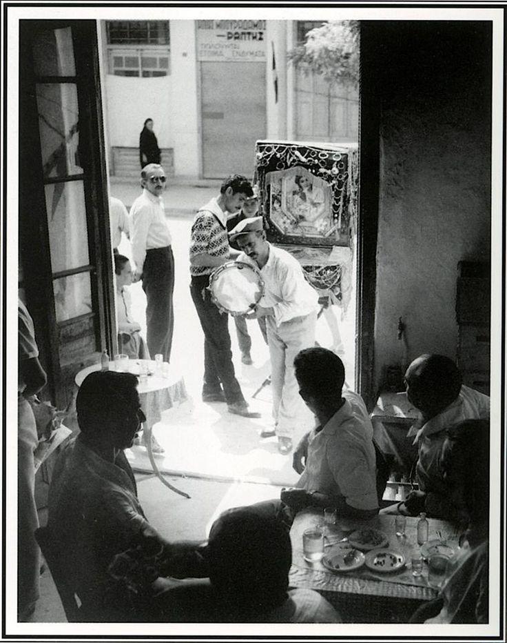 Ο Γιάννη με την λατέρνα του, το 1965.φωτ.Τάκης Τλούπας