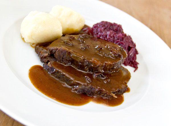 Traditioneller Sauerbraten mit Rotkohl und Kartoffelklößen