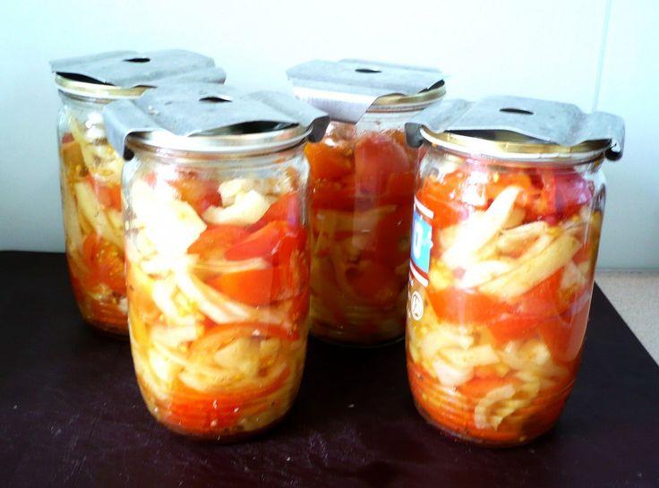 Papriku narežeme na rezance a pridáme narezané paradajky. Množstvo podľa vlastného uváženia, ale prevládať by mala paprika. Premiešame a...