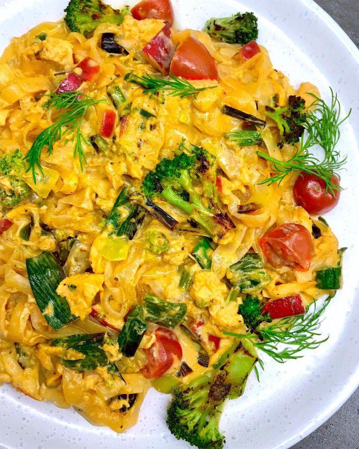 Kyckling i krämig curry med äpple (Ev. ha i banan & jordnötter/cashewnötter istället för äpple.) Recept: 2,5 dl créme fraîche/kvarg  0,5-1 msk curry Kycklingfond  S+P  Strimlad purjolök  Strimlade broccolibuketter  0,5 rött äpple, tärnat  Kyckling (eller #vegetariskt), i bitar  Halverade körsbärstomater ... Stek, ha i créme fraîche.