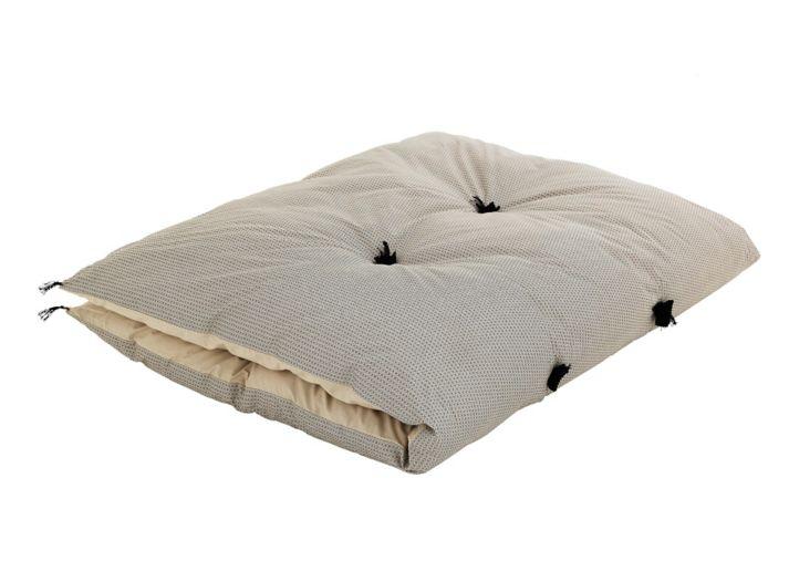 duvet avec pompons revetu 100% coton garni 100% polyester coloris beige motifs noirs lavable a 30 degres en machine sechage au seche linge avec une balle de tennis afin de repartir le remplissage en polyester