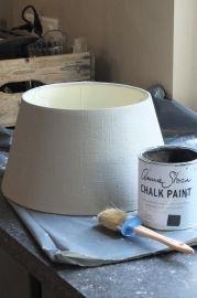 De lampenkap was ecru kleurig en werd geverfd met Annie Sloan krijtverf in de kleuren French Linen en Graphite.Werkwijze :De kap kreeg een onverdunde, dekkende laag French Linen. De verf werdroyaal aangebracht.