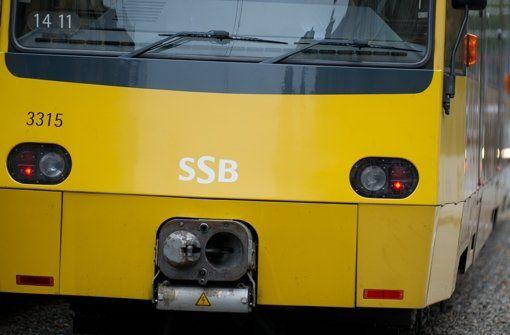 Eine Stadtbahn bleibt am Donnerstag in Stuttgart-Mitte an einem parkenden Auto hängen. Foto: dpa/Symbolbild http://www.stuttgarter-zeitung.de/inhalt.eugensplatz-in-stuttgart-mitte-u15-wurde-nach-unfall-umgeleitet.7cdeb286-9bb6-4fd9-9de5-5a3dd3e8f045.html