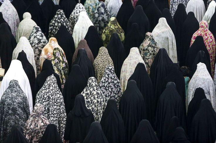 Iraanse vrouwen bidden in de moskee in Shahr-e-Ray, ten zuiden van Tehran, Iran.