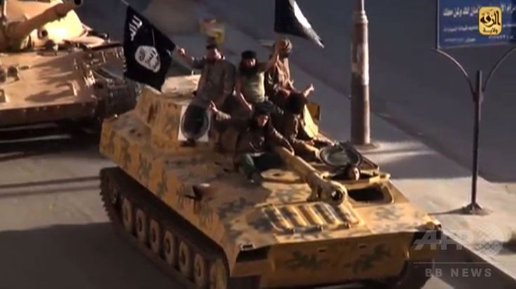 シリア北部ラッカ(Raqqa)で、戦車でパレードするイスラム教スンニ派(Sunni)の過激派グループ「イスラム国(Islamic State、IS)」のメンバーを捉えたとされる動画の静止画(2014年7月1日公開、資料写真)。(c)AFP/HO/WELAYAT RAQA ▼25Aug2014AFP|「イスラム国」内部捉えたドキュメンタリー公開 http://www.afpbb.com/articles/-/3024044