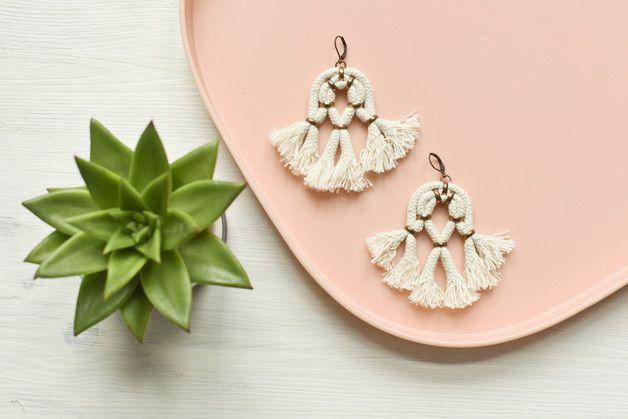 Ob zum Festivalbesuch, zur Hochzeit oder zum Kaffeeklatsch in Omas Garten - diese Ohrringe setzen ein elegantes Statement. Große verspielte Boho Quasten Ohrringe aus Baumwollseil und kupfernen...
