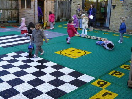 Fröhliche Kinder im Kindergarten mit Bergo Bodenbelag aus Kunststoff
