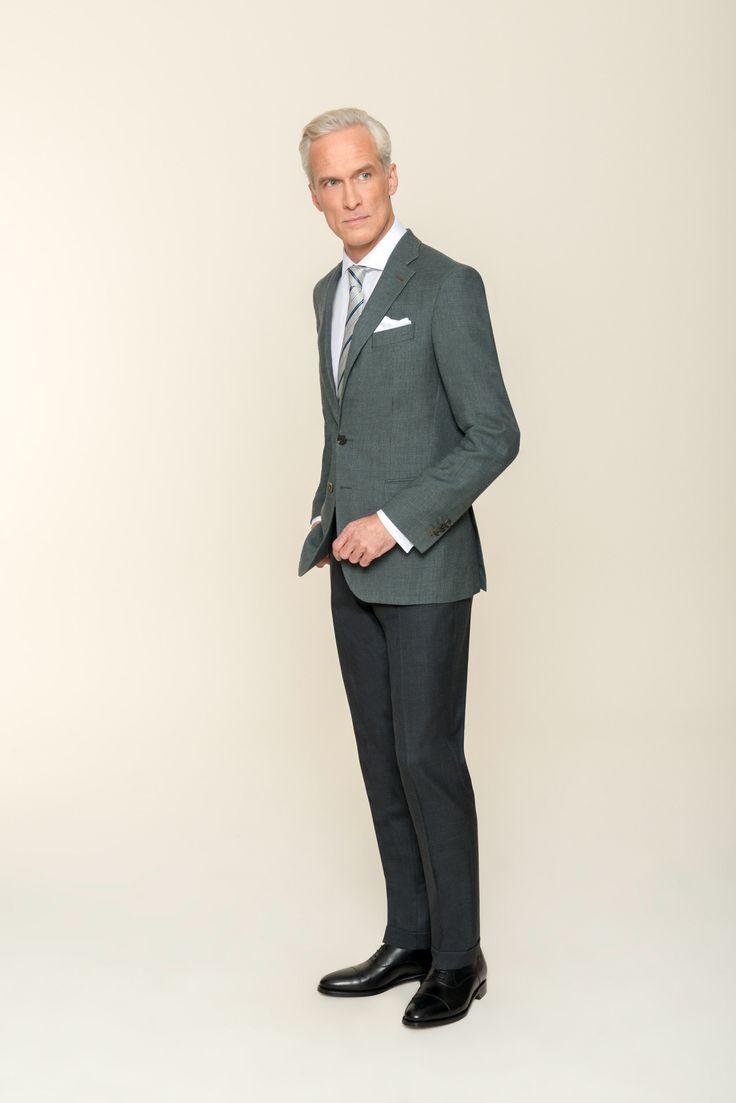 DOLZER präsentiert hier ein seriöses Outfit: Das olivgrüne Sakko und die anthrazitfarbene Hose nach Maß wirken durch die gedeckten Farben elegant und zurückhaltend. Das viertelgefütterte, sommerliche Sakko aus Schurwolle mit Leinen überzeugt zudem mit erstklassiger Tragequalität. Gleiches gilt für die Hose aus reiner Schurwolle. Dies ist eine überzeugende Alternative zum klassischen Anzug für den modebewussten Business-Mann.