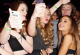10-Nov-2014 1:56 - MOET JE ZIEN: DE LEUKSTE CELEBS OP DE RODE LOPER @ MTV EMA 2014. Deze celebs (Ariana Grande! David Hasselhoff! Afrojack!) hadden allemaal hun mooiste outfit uit hun inloopkast getrokken voor de MTV EMA 2014-show. En dit zijn alle winnaars van zo'n felbegeerd MTV EMA-beeldje > Foto's: Getty Images...