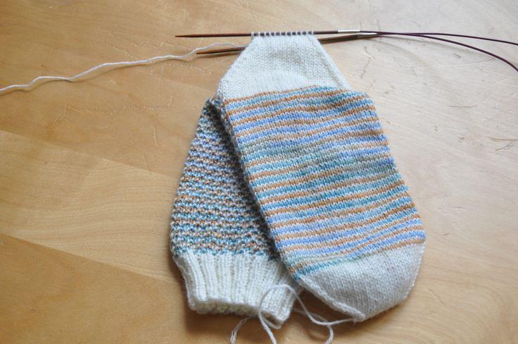 Das Juli/August-Projekt bei 6 aus'm Stash ist nun auch endlich fertig: Broken Seed Stitch Socken Obwohl das Muster sehr simpel ist, hat es schon ein Weilchen gedauert, das Paar Socken fertig …