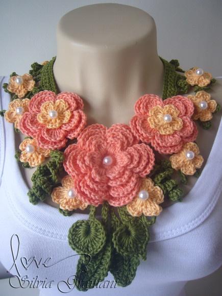 Colar de croche feito em linha 100% algodão.  Uma linda composição de flores e folhas.   Em cada flor, uma conta de pérola.  Cores usada no colar: verde e duas tonalidades de laranja.    -Podendo ser feito em outras cores, consulte R$55,00