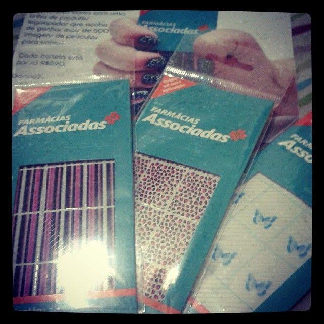 A #FarmáciasAssociadas está lançando películas paras unhas Ganhei esses três kits, além de lixinhas e palitinhos! Obrigada!