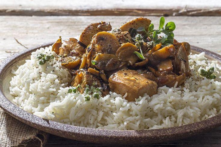 Κοτόπουλο αλά κρεμ με μανιτάρια. Μία σούπερ γρήγορη και εύκολη συνταγή από τον Άκη Πετρετζίκη. Μία σπέσιαλ συνταγή που όλοι θα αγαπήσετε!
