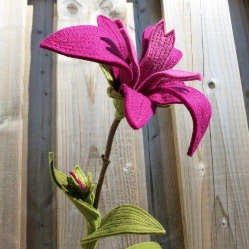 De iris van vilt, speciaal als enkele bloem voor jullie trouwdag | www.be-flowerd.nl