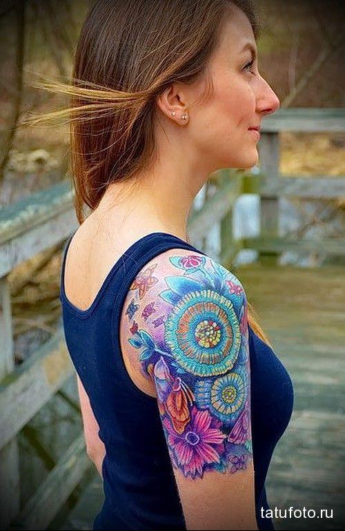 необычные цветы в тату на плече девушки