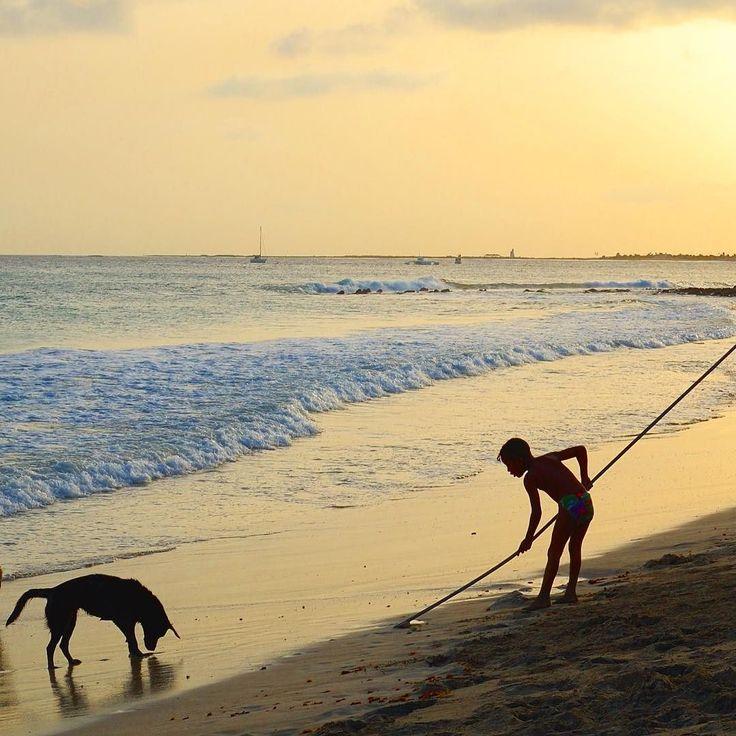 Waiting for the sunset with friends in #CaboVerde Ilha do Sal! I ricordi di Capo Verde sono fatti di ritmi di danze e di caldi colori che scaldano il cuore. Ogni sera sulle spiagge il tramonto regala spettacoli indimenticabili giochi di luce e riflessi nella quiete di questo arcipelago dell'Atlantico! #IsoladiSal