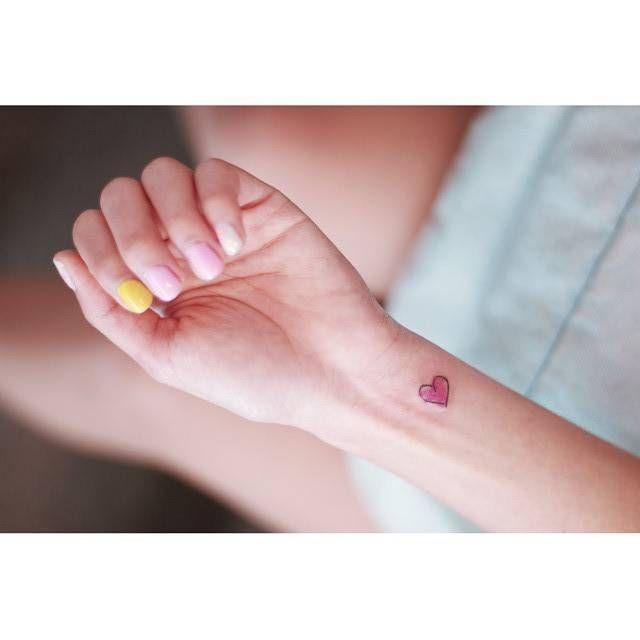 Watercolor style heart tattoo on the wrist. Artista Tatuador: Seoeon