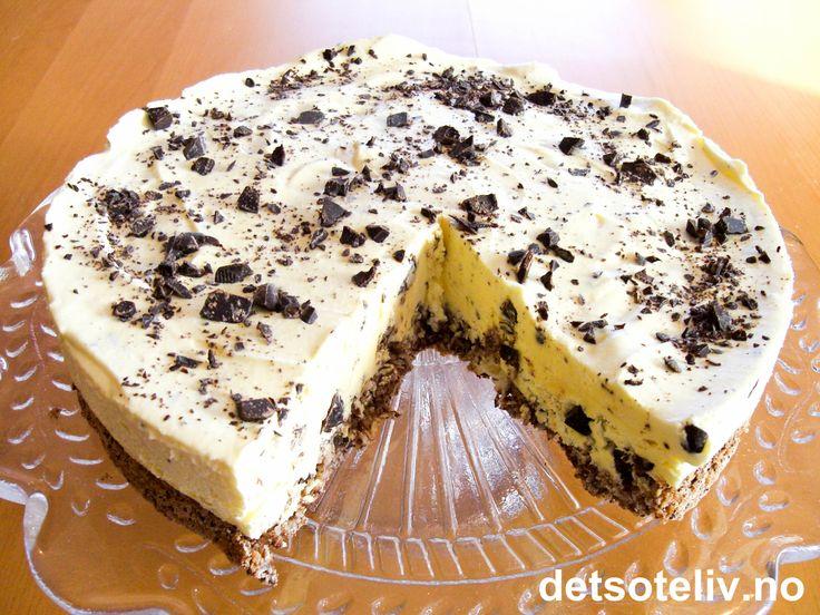 Her har du en svært populær og god iskake med nydelig smak av kokos og mørk sjokolade. Iskaken er lett å lage og er perfekt å ha på lager i fryseren i tilfelle du plutselig får lyst til å servere noe ekstra godt en kveld. En skvett Malibu (rom med kokossmak) gir en lekker smak på isen, men er slett ikke nødvendig for å få en knallgod kake.