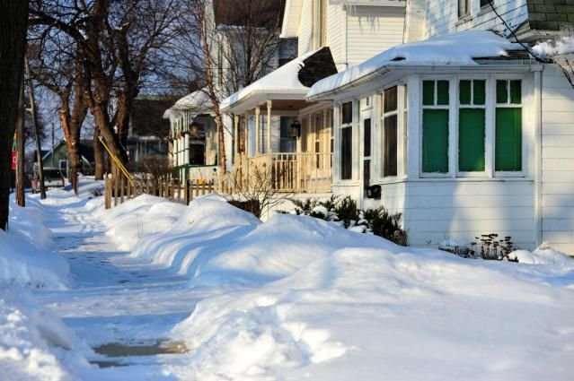 De-icer and ice melt for sidewalks_natural alternatives to ice melt and de-icers_treating icy sidewalks and driveways