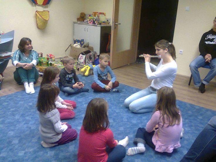 zeneoviban fuvola szól. Imádják a gyerekek!