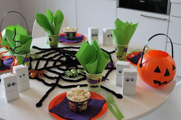 Perheen pienimpien ensimmäisissä halloween-kemuissa hassutellaan ja herkutellaan. Tarjolla on veikeitä rypälematoja, lempeää kurpitsakeittoa, dippivihanneksia ja jokaiselle juhlijalle oma kipollinen p...