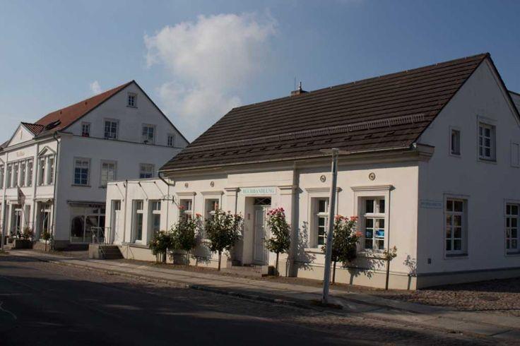 Herbst an der Ostsee | Rosenstöcke verzaubern die Häuser in Putbus (c) Frank Koebsch