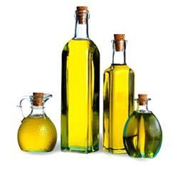 OLIO EXTRAVERGINE DI OLIVA SEGGIANO DOP – si presenta di colore giallo dorato con toni verdi, con profumo e sapore gradevolmente fruttati. In bocca evidenzia una base dolce, atipica per gli oli toscani, dalla quale si sviluppano un amaro e un piccante ben dosati, un grado di acidità che, al momento della produzione, scende spesso al di sotto dello 0,15 e un alto grado di conservabilità. La sua fragranza si esalta in particolare su insalate di ortaggi e foglie verdi,
