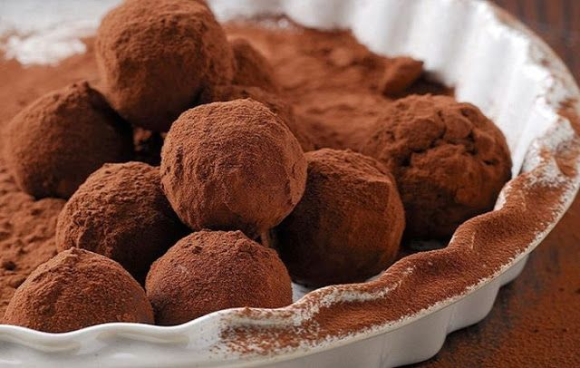 Piperatoi.gr: Εχω μια πολυ ωραία συνταγή για κέρασμα. Δεν ειναι ακριβώς τρουφακια, δεν ειναι σοκολατάκια, δεν ειναι πραλινες, αλλά κατι… ενδιάμεσο!