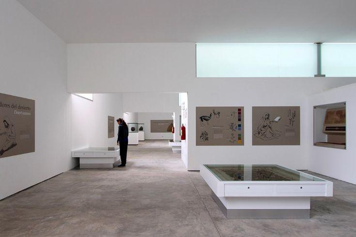 Barclay & Crousse hanno progettato un museo archeologico in Perù il cui rivestimento di cemento a vista crea una materialità rossastra che dialoga e si fonde con le colline circostanti.