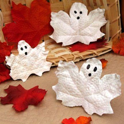 Blätter sammeln und bemalen – fertig sind die eure eigenen gruseligen Gespenster :) #diy #halloween
