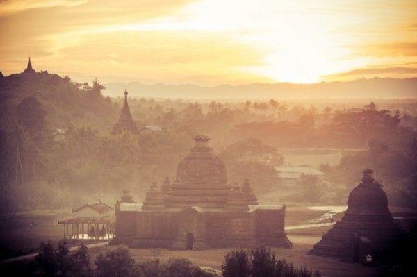 © Philippe Cap - Coucher de soleil sur les pagodes de Mrauk U - Birmanie