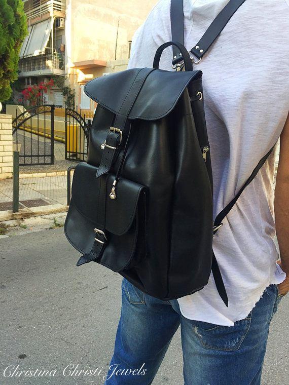 Grand sac à dos par Christina Christi bijoux de couleur noire. Ce sac à dos en cuir est le sac idéal si vous voulez un gros sac à dos. Vous pouvez emporter avec vous tout ce que vous voulez dans vos activités quotidiennes comme les Sports, de travail ou de Shopping. Je suis sûre que ce sac est le sac que vous voulez pour vos voyages et vos vacances aussi. Ce sac est fait de cuir véritable grec et j'utilise aussi une paire de gants de boxe en métal sur les bords de dentelles qui ouvrent et…