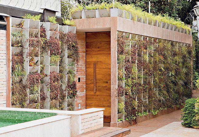 Inúmeros blocos de concreto forram o muro neste projeto assinado pela arquiteta Regina Adorno. Os vários nichos acomodam espécies de fácil manejo e de pleno de sol, como ripsális e trapoerabas-roxas