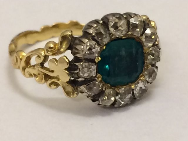 Antique gold entourage ring with old European cut diamonds (0.70ct) and emerald cut emerald (1.75ct) - approx. 1900