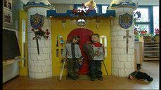 Prinses en ridder spelen met Flip de beer